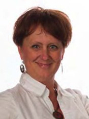 casual headshot of Lindsay Alcock