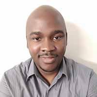 casual headshot of Eyitope Akinpelumi
