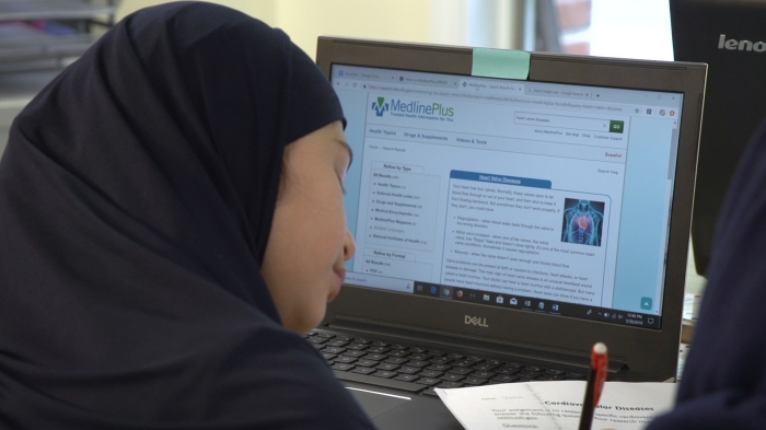 A sixth-grade girl uses MedlinePlus to do heart valve disease research during anatomy class.
